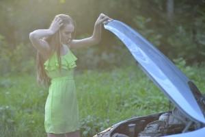 故障した車と女性