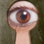 鍵穴からのぞく目