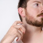 香水をかける男性