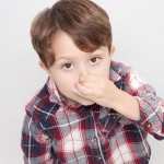 鼻をつまむ男の子